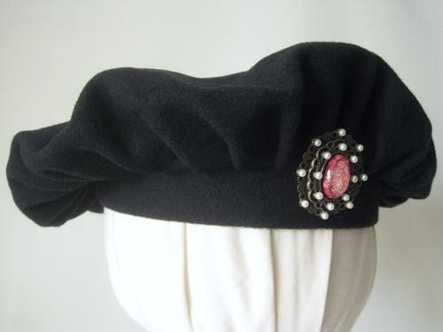 Beret with brooch perls
