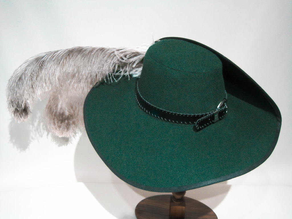Wool hat with hand-sewn belt natural feathers